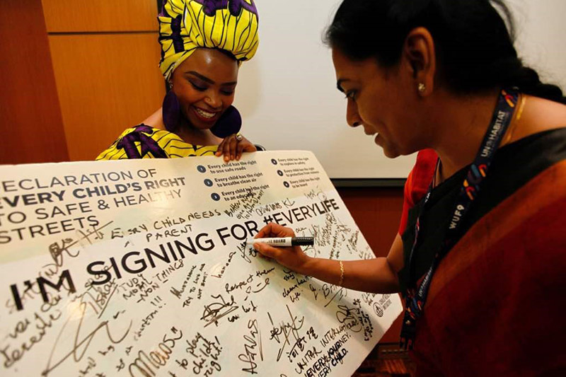 Mayor of Kochi Soumini Jain signs the #EveryLife Declaration with Zoleka Mandela.